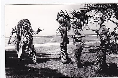 Dancing ladies + a mask man ( Bali ? Indonesia?  Hawaiji? ???)