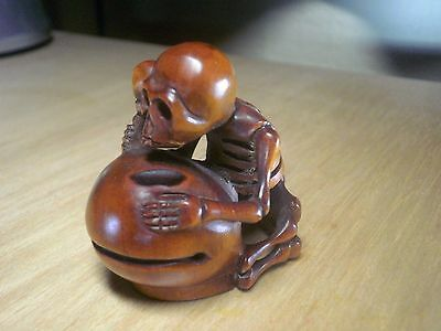 Carved wood netsuke Skeleton plays music, vintage / antique style treen figure