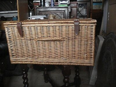 Large picnic basket with no inner things