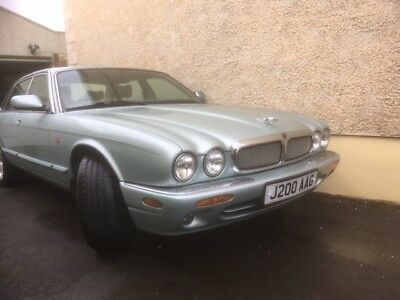 Jaguar XJ8 3.2 auto in sea frost with grey leather