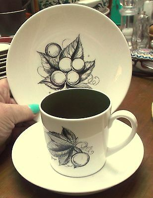 Susie Cooper 'Black Fruit' Wedgwood Coffee TRIO Can & Saucer Plate - GRAPE