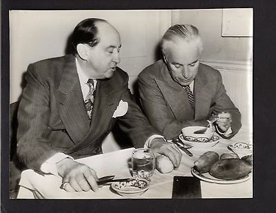 1944 Press Photograph Celebrity Charles Chaplin & Lawyer Jerry Geisler *3928