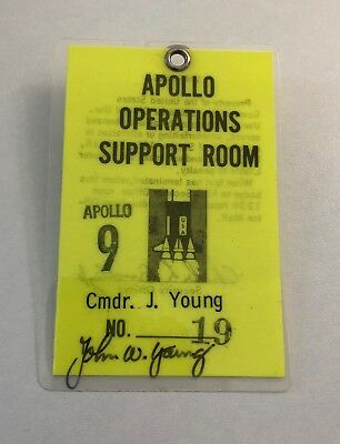John W. Young (+) - Apollo 16 Moonwalker - Original NASA badge / Ausweis !