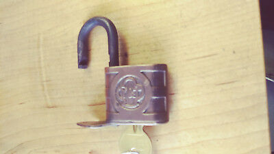 antique/vintage yale padlock D830 w/key  late 1880's-1909 good working  lock