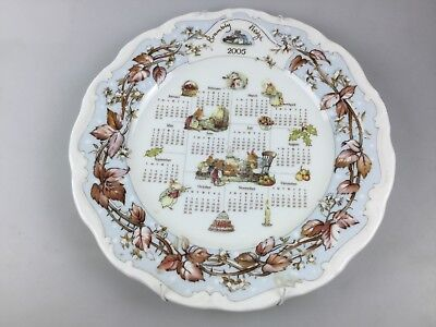 2005 BRAMBLE HEDGE WALL PLATE BY ROYAL DOULTON - MEASURES 26cm - WITH HANGER