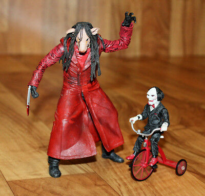 Saw III Jigsaw Killer with Puppet & Tricycle Dreirad Action Figure Figur Neca