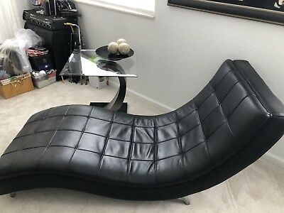 CONTEMPORARY BLACK LEATHER CHAISE LOUNGER BY MAURICE VILLENCY.21st CENTURY