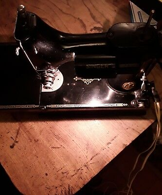 Vintage Singer 221K - Featherweight Sewing Machine
