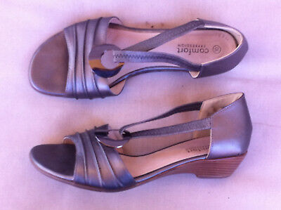 Comfort Expression Platinum Leather Flat Sandals Size: 10 Near New