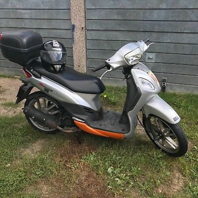 Sym symphony 125 2009 with top box and small helmet