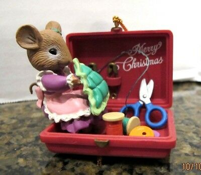Vtg 1994 Lustre Fame Plastic Ornament Mouse Sewing Scene Safety Pins Thread