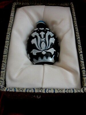 Chinese Exquisite Handmade Black and White  Glass Snuff Bottle with Original Box