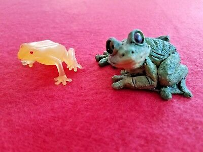 """2 Small Frogs Figurines Resin & Rubber Figures 2"""" & 1.5"""" Green Twisted Head Red"""