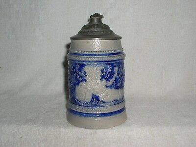 1/2L STONEWARE STEIN CAVALIER LEANING AGAINST BEER KEG RM Gr MINT & NICE