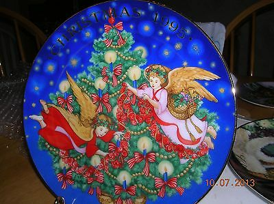 "1995 AVON CHRISTMAS PLATE, ""TRIMMING THE TREE"" Ship Discount on 2nd Plate & up"