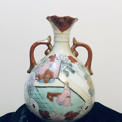 A Fine Beautiful hand-painted raised Painting Japanese antique Vase.