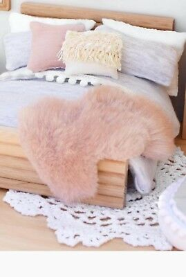 miniature dolls house accessories 1/2 scale accessories fluffy pink floor /throw