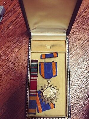 ww2 air service medal/ screaming eagle medal