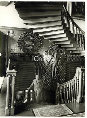 1959 CHEVENING HOUSE James STANHOPE on the circular staircase in the hall *Foto