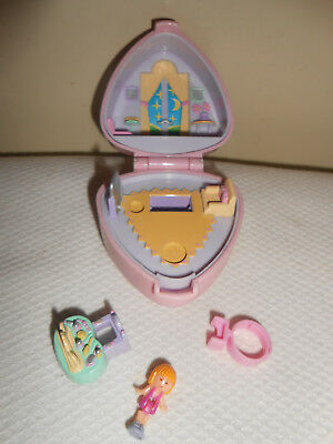 Polly Pocket Bluebird Big Nigh ? 1991 complet,bague,table ,personnage
