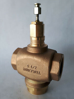 3-way Brass mixing valve by Honeywell, model Vs013N 1089