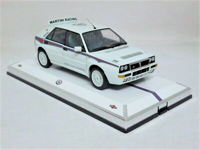 "VETRiNETTA SHOWCASE ESPOSiTORE ""MARTiNI RACiNG"" 1/18 (LANCiA DELTA NON INCLUSA)"
