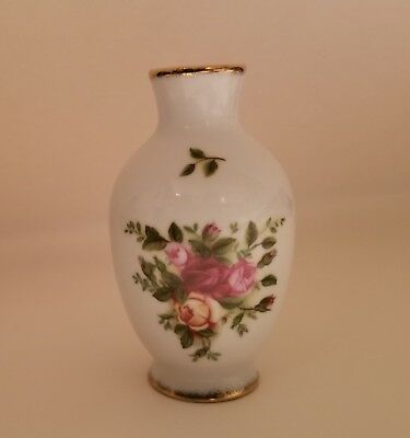 "ROYAL ALBERT 3 1//2/"" TALL BUD VASE  /""OLD COUNTRY ROSES/"""