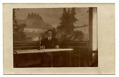 Carte Postale Photo.homme Assis A Une Table De Bistrot.bouteille De Vin