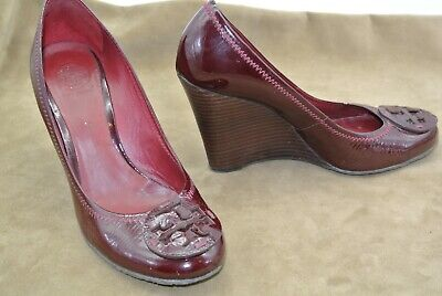 4e5031c79102 9.5M TORY BURCH Red Wedge Heels Snake SOPHIE Shoes Gold Logo Closed Toe  Maroon