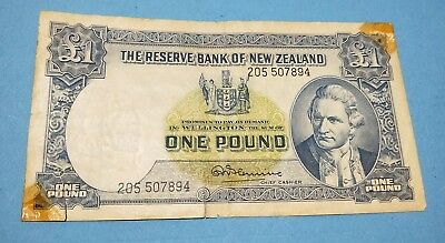NZ New Zealand 1967 1 Pound paper banknote Captain Cook (with security thread)