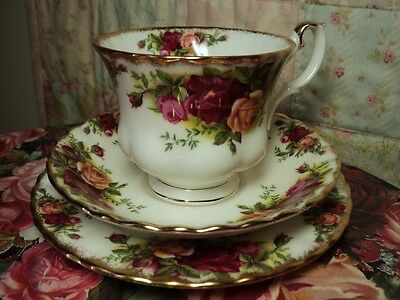 OLD COUNTRY ROSES ROYAL ALBERT BONE CHINA ENGLAND TEACUP, SAUCER & PLATE trio
