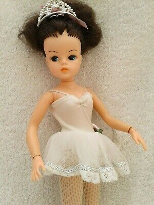 VINTAGE 80s SINDY DOLL ACTIVE BRUNETTE WITH ORIGINAL OUTFIT