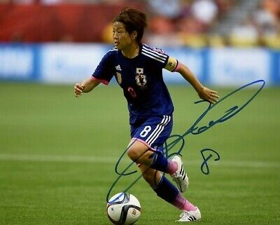 AUTOGRAPHE SUR PHOTO 20 x 25 de Aya MIYAMA (Signed in person)