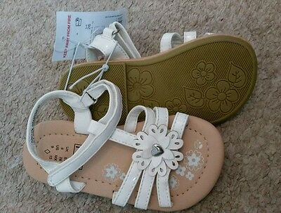 BNWT infant/baby girls white scallop flower sandals size 8