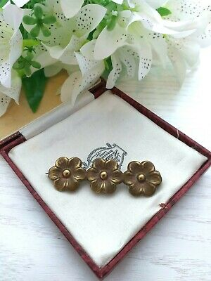 ANTIQUE JEWELLERY-VICTORIAN PINCHBECK BAR BROOCH WITH 3 DAISY FLOWERS,c1900.