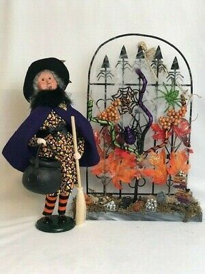 """Byers Choice Carolers """"HALLOWEEN WITCH w/CAULDRON & BROOM"""", 2008 + arched gate"""