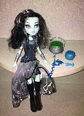 Monster High----*Frankie Stein* Ghouls Rule----Doll, Shoes, Dress & Cauldrons