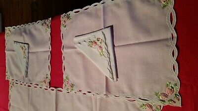 Ribbon Embelished Embroidered Place Mats And Serviettes Set Of 4 (007027)