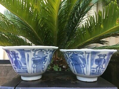 A pair of antique Chinese Ming dynasty Kraak bowls, 16 or 17th century.