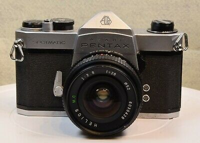 A VINTAGE PENTAX SPOTMATIC 35mm SLR CAMERA WITH HELIOS 50mm LENS