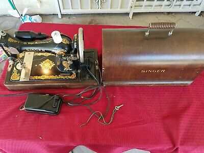 Vintage 1923 Singer Sewing Machine with Carrying Case. 1