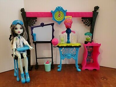 Monster High Frankie Stein Skulltimate Science Class Lab Playset + Doll Complete