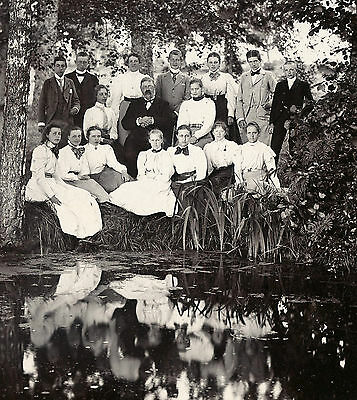 ORIGINAL ca 1900's LARGE OUTDOOR GROUP PHOTO OF 17 PEOPLE, SWEDEN
