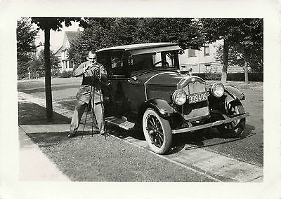 MAN WITH TRIPOD CAMERA STANDING BY CAR (1925 N.J. PLATE)  VINTAGE SNAPSHOT PHOTO