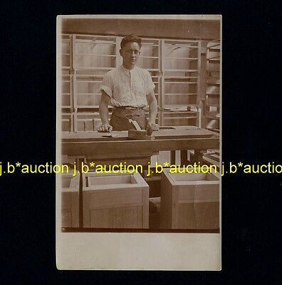 MANN SCHREINER MÖBEL / MAN CARPENTER FURNITURE * Vintage 20s Photo PC Foto-AK