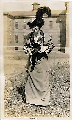SMILING WOMAN - PHOTOGRAPHER WITH PHOTO CAMERA & ORIGINAL ca 1914 SNAPSHOT PHOTO