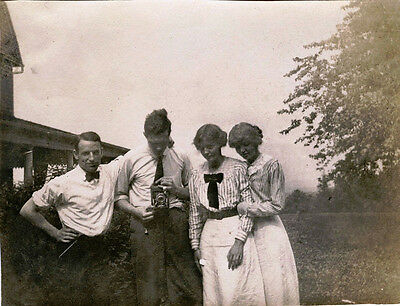TWO MEN WITH TWO WOMEN OUTING WITH CAMERA ca 1920s SNAPSHOT PHOTO