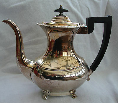 A QUALITY ANTIQUE STYLE VINERS SHEFFIELD ALPHA SILVER PLATED COFFEE POT