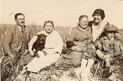 FAMILY WITH DOG POSING FOR THE CAMERA OUTSIDE & ORIGINAL VINTAGE SNAPSHOT PHOTO