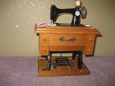 """VINTAGE SEWING MACHINE MUSIC BOX Berkeley Designs Plays """"Buttons & Bows"""""""